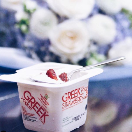 Heavenly Blush Greek Yugurt Cup Strawberry, sumber instagram @heavenlyblushyogurt